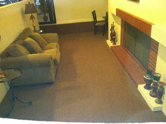 Howard Johnson Burlington : Sitting area off of lobby