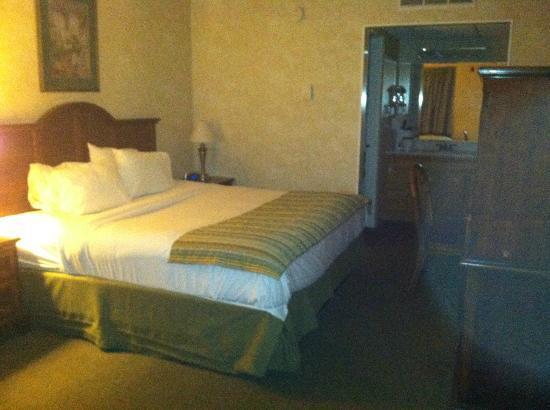 Howard Johnson Burlington : 1st floor bedroom area