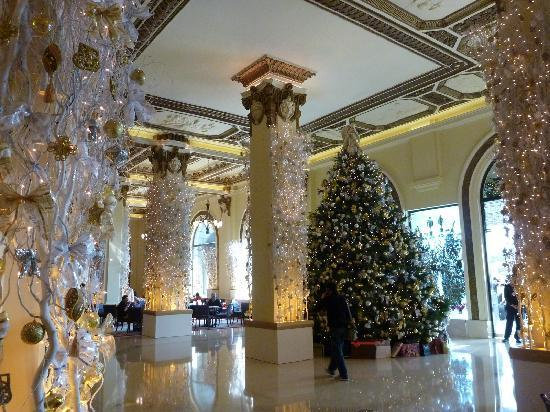 the lobby at the peninsula hong kong lobby christmas decorations