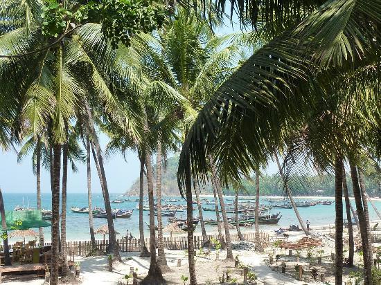 Crescent Cove Resort : Balcony beach view
