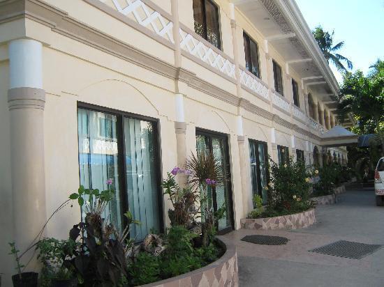Raymen Beach Resort: The building facing the restaurant..