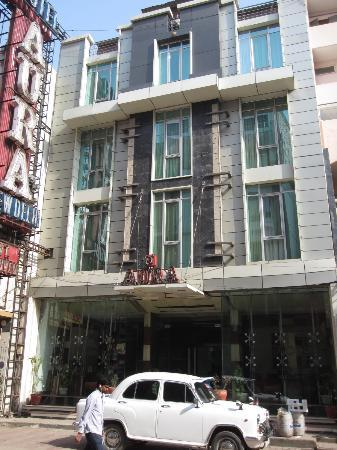 Hotel Aura: The front of the hotel