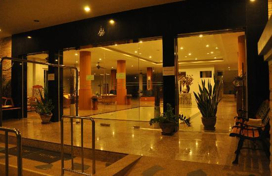 Thanintorn Green Park : Hotel Entrance