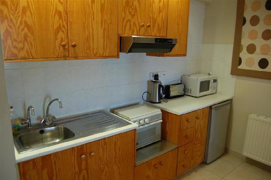 Hill View Hotel Apartments: Kitchen