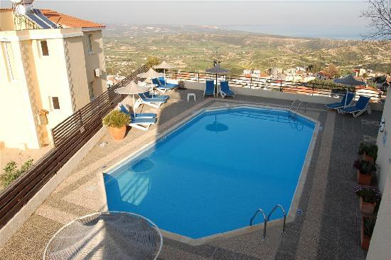 Hill View Hotel Apartments: Pool area