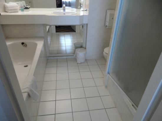 Van der Valk Hotel Stein-Urmond: 4-piece bath in room 509