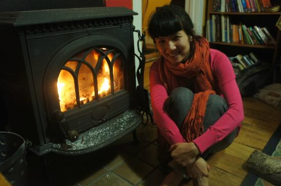 Chez La Mer Backpackers: warm and cosy by the fire