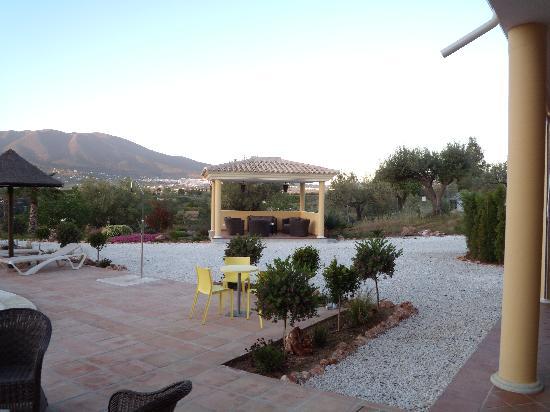 Dos Iberos Luxury Bed & Breakfast: heerlijk genieten in de prachtige tuin, met het nieuwe prieeltje