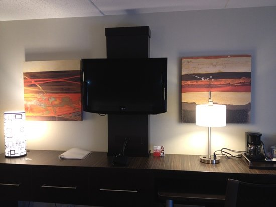 Holiday Inn Express & Suites Boston - Cambridge: Modern Design, great TV too!