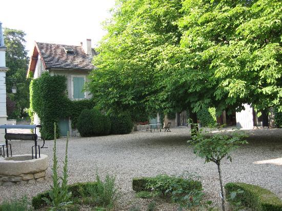 """Chaudenay, فرنسا: Innenhof mit Blick auf das """"Cottage"""""""