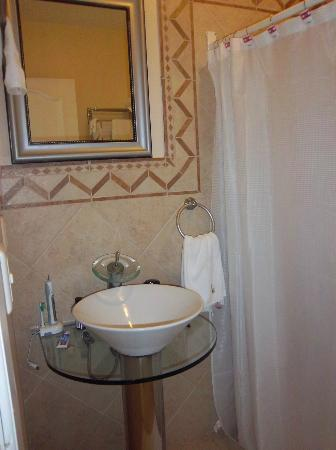 BUCANEROS Hotel & Suites: bathroom room 305