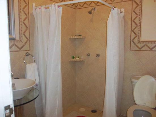 BUCANEROS Hotel & Suites: bathroom shower room 305