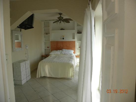 BUCANEROS Hotel & Suites: bedroom room 305