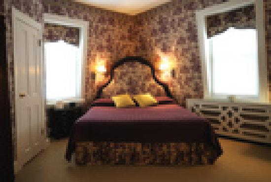 Flag House Inn: King bed on third floor