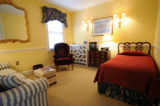 Flag House Inn: Twin room of two room suite