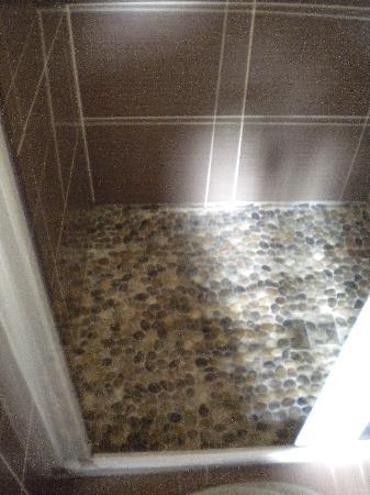 Le Jardin de la Cite: Shower floor - pretty non slip pebbles