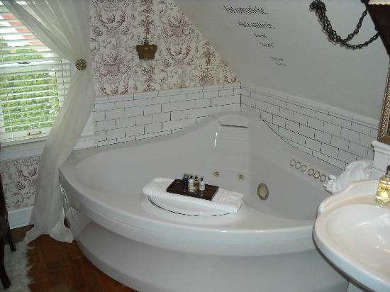 Rivertown Inn: Slanted walls over the tub may make it difficult for some folks...were are over 6 feet tall....