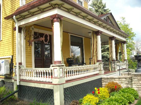 Rivertown Inn: A view of the one side of the wraparound porch