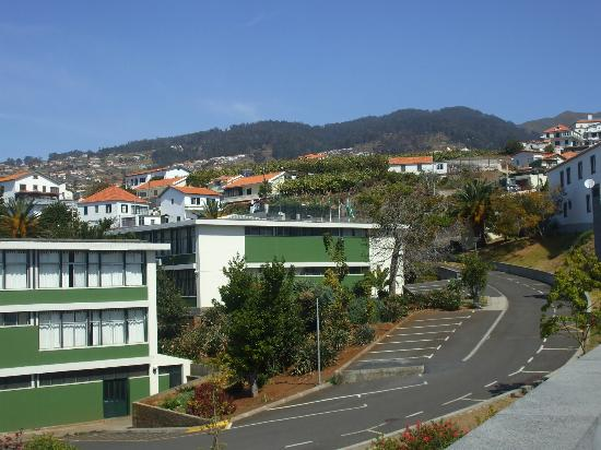 Hotel Calheta Beach: Town at the top of the hill
