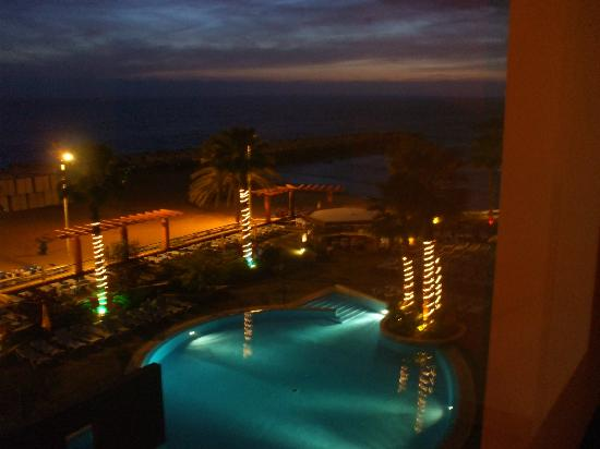 Hotel Calheta Beach: The Pool at night