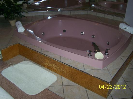 Sybaris Frankfort: Whirlpool next to Bed