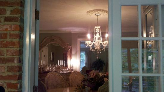Colonial Gardens Bed & Breakfast : View of Dining Room from Sunroom