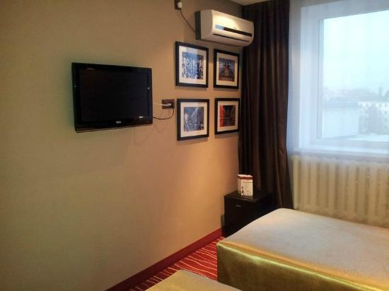 Manhattan Astana Hotel: Fernseher & Klimaanlage