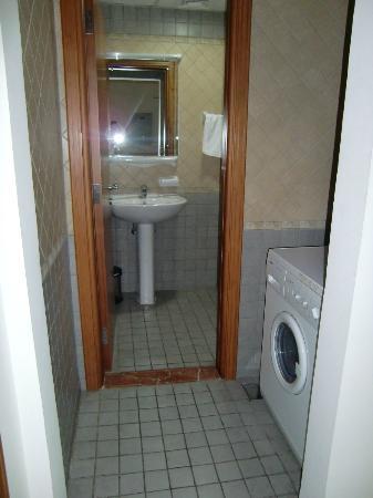 Rose Garden Hotel Apartments - Bur Dubai: uno de los baños, tiene dos tambien tiene lavadora