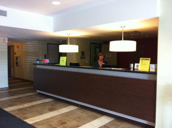 Super 8 Kapuskasing : Front desk with friendly Wendy, Super 8 Hotel, Kapuskasing, Ontario