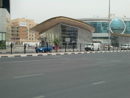 Rose Garden Hotel Apartments - Bur Dubai: parada de metro cercano al hotel
