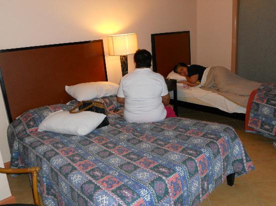 Hotel Alejandro: deluxe room.. shhh... my aunt is sleeping ;p