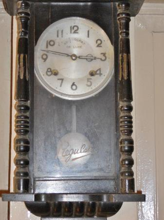 Hotel Alejandro: Just an old clock displayed in the hotel but it is not working anymore