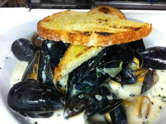 Bistro Zinc: Moules mariniere with grilled bread