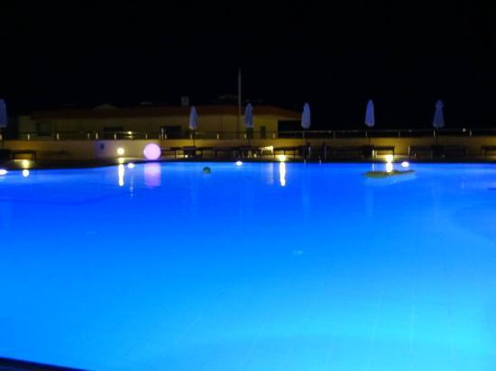 Island Blue Hotel: Top pool in the evening