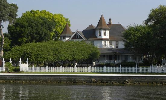 Palmetto Riverside Bed and Breakfast: Looking back toward land, we can also clearly see the original founder's home next door to the i