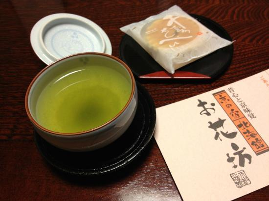 Hokkaikan Ohanabo: welcome matcha and biscuits
