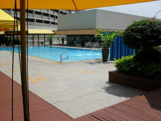 Pool side picture of marina mandarin singapore - Marina mandarin singapore swimming pool ...