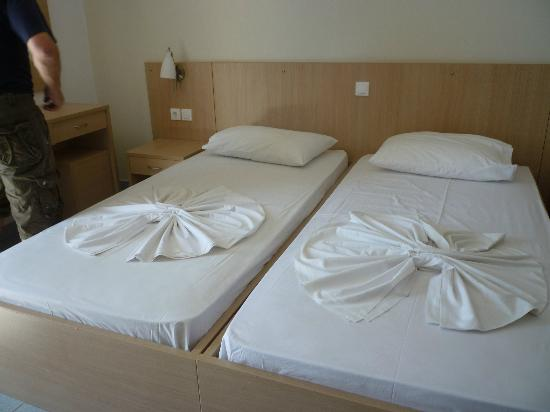 Kalloudis Hotel: Comfy beds.