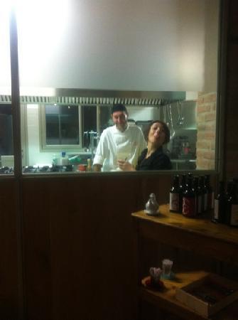 Osteria Corte Zanella: cucina a vista con titolari