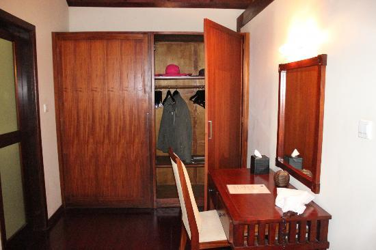 Robinson Club Maldives: Spacious case. Big little table and mirror