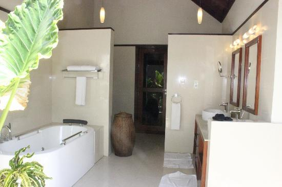 Robinson Club Maldives: Spacious and pure bathroom