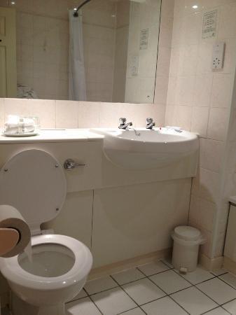 Holiday Inn Milton Keynes East - M1 Jct 14: Bathroom needs updating