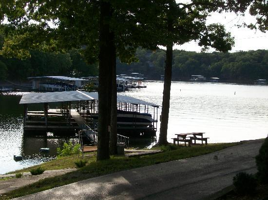 Golden Horseshoe Resort: Padded and well lit boat docks for your use.
