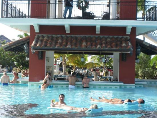 Sandals Grande Antigua Resort & Spa: Swim up bar