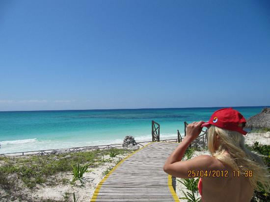Sol Cayo Largo: Walking to the beach