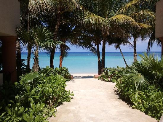 Las Sirenas Hotel & Condos: accesso alla spiaggia dall'hotel