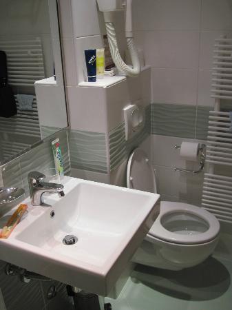 Aminess Maestral Hotel: Heizung und Klopapierrollenhalter verhindern eine normale Sitzposition
