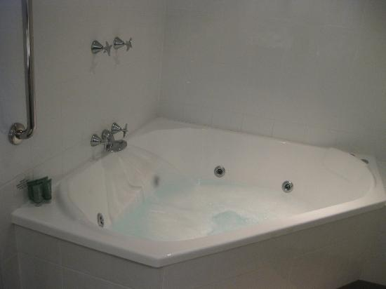 Rydges Gladstone Hotel : bathtub