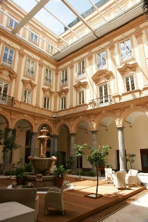 Grand Hotel Piazza Borsa: The courtyard has an opening roof.