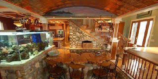 The Collins Inn and Seaside Cottages: The Bar & Baby Grand Piano